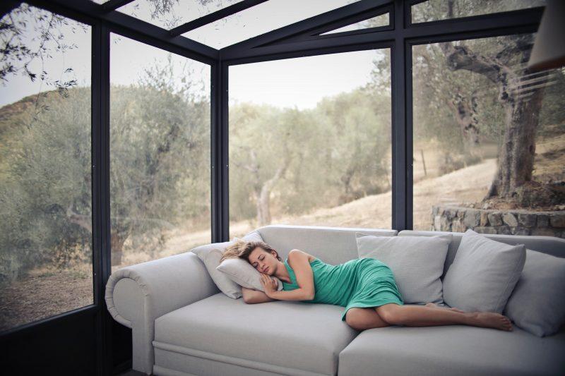 Cuidado con las siestas 10 consejos para dormir mejor mujer